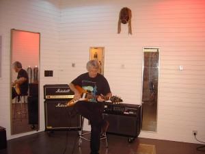 Jabba soittaa Flying V:tä lautaseinien hyvässä akustiikassa. Tässä tilassa rummut useimmiten äänitetään.