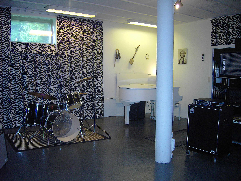 Soittohuone n. 50 m2. Pehmeitä ja kovia seiniä. Eristyskoppi liveäänityksiin.